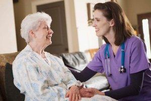 persona-que-cuida-de-personas-enfermas-en-sevilla